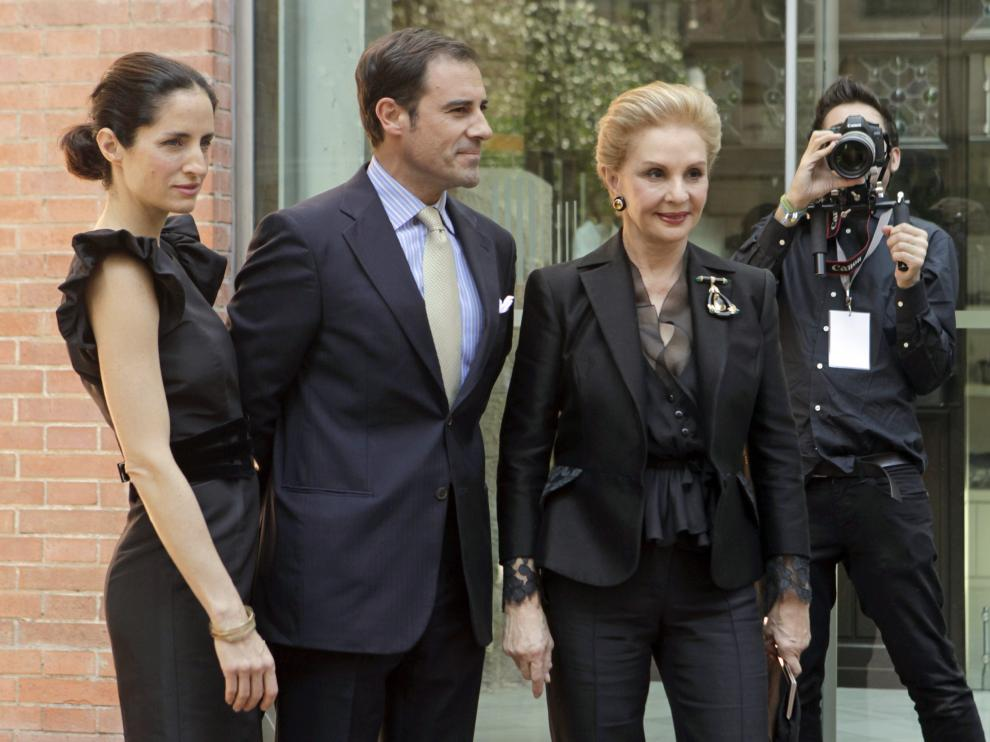 """Carolina Herrera (d), su hija (i) y su marido Miguel Báez """"El Litri"""" (c), llegan al Palau de la Música donde Puig celebra una convención."""