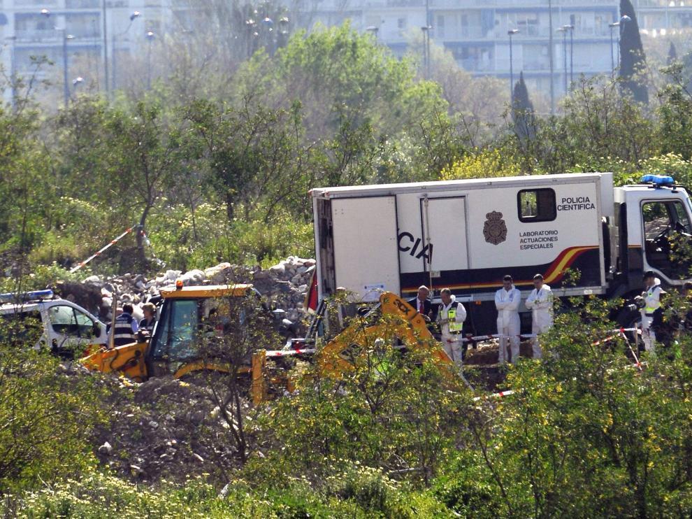 Un camión laboratorio de la Policía Científica analiza los restos óseos hallados en una escombrera de Camas.