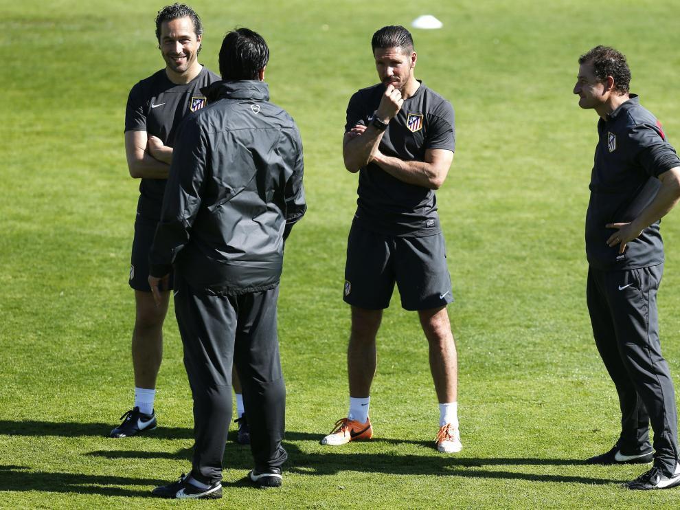 Simeone dialoga con los técnicos en el entrenamiento del Atlético