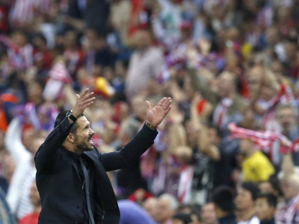Simeone animando a la afición en el Calderón