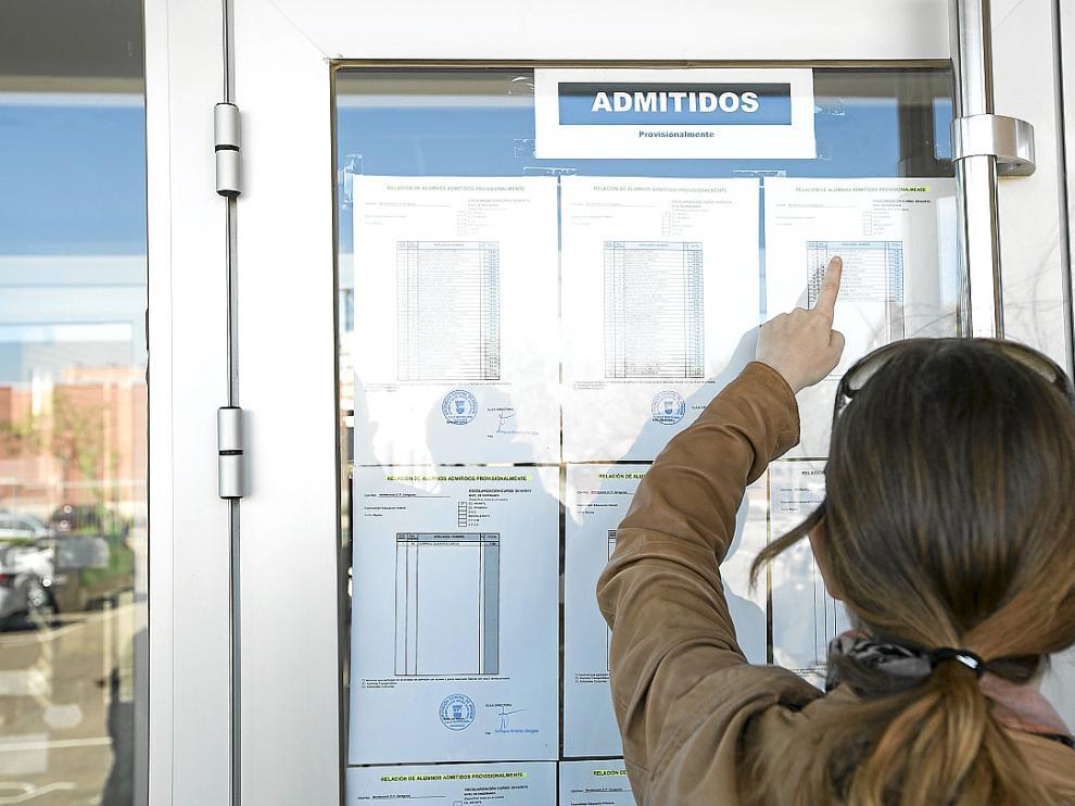 Una madre consulta la lista de admitidos del colegio Montecanal de Zaragoza, el año pasado.