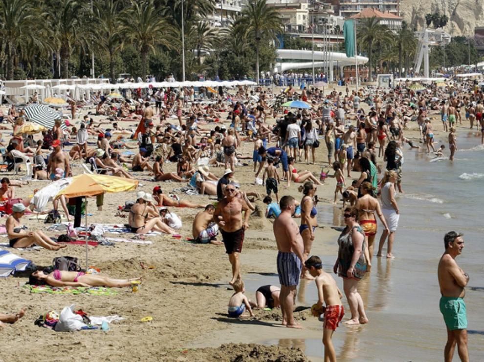 Miles de turistas en la playa en Alicante