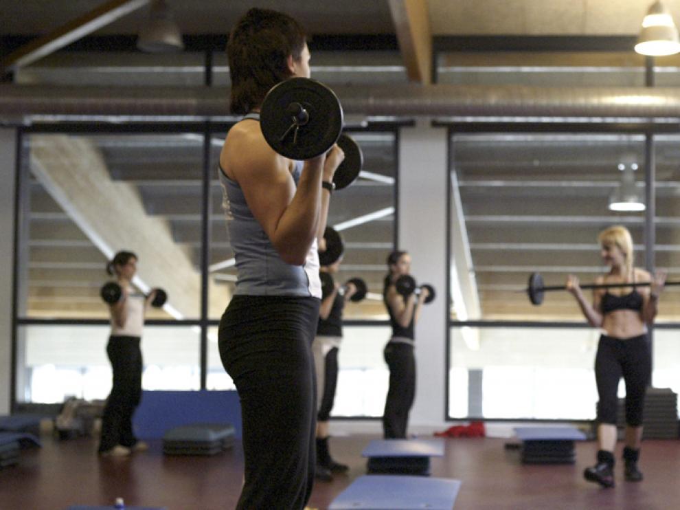 El buen tiempo invita a los usuarios de los gimnasios a practicar deporte al aire libre.