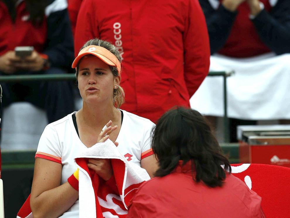 La tenista española Tita Torró habla con la capitana Conchita Martínez