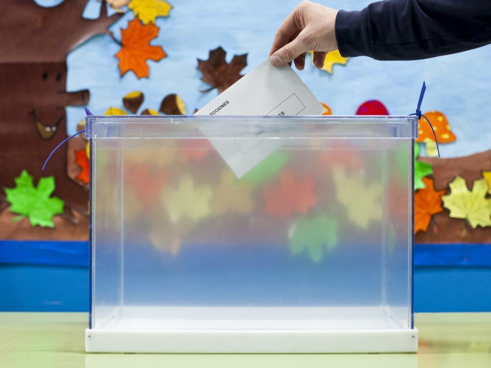 Una urna en el colegio Cantín y Gamboa de Zaragoza