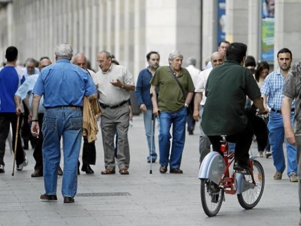 Un ciclista circula por la acera en Zaragoza