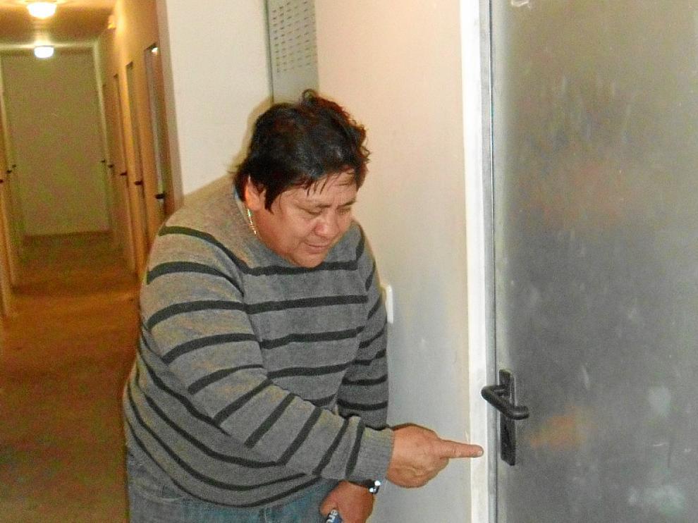 José Orozco, uno de los afectados, muestra la cerradura forzada.