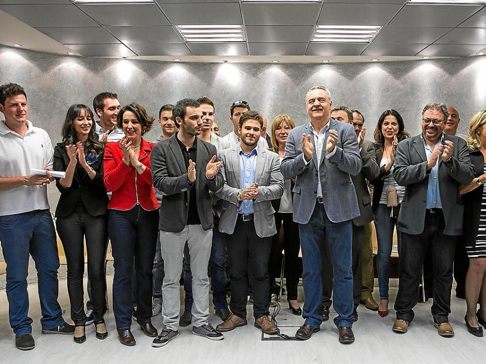 Alfredo Boné, en el centro de la foto, rodeado por militantes que han elaborado 'Proyecto AragonES'.