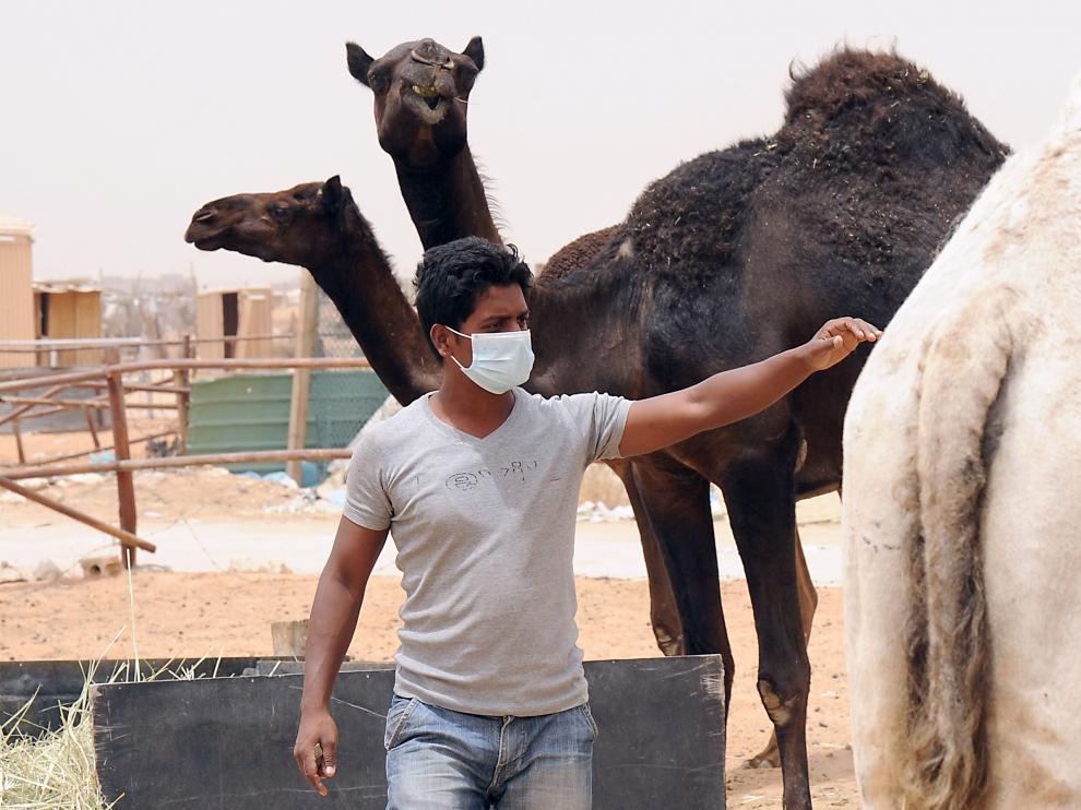 Un trabajador indio de Arabia Saudí lleva una máscara para protegerse del coronavirus (MERS).