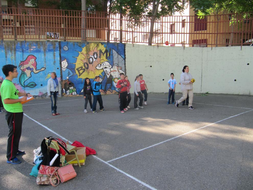 Clase de Educación Física con niños y padres en el colegio María Moliner