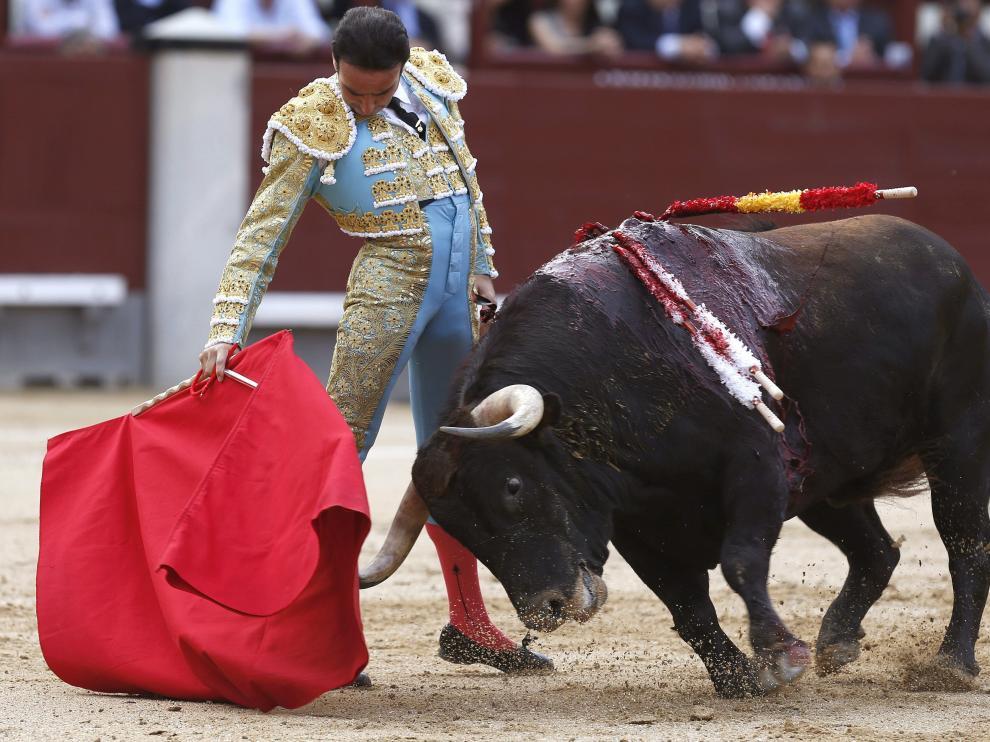 El diestro Enrique Ponce durante la faena con la muleta a su primer toro.