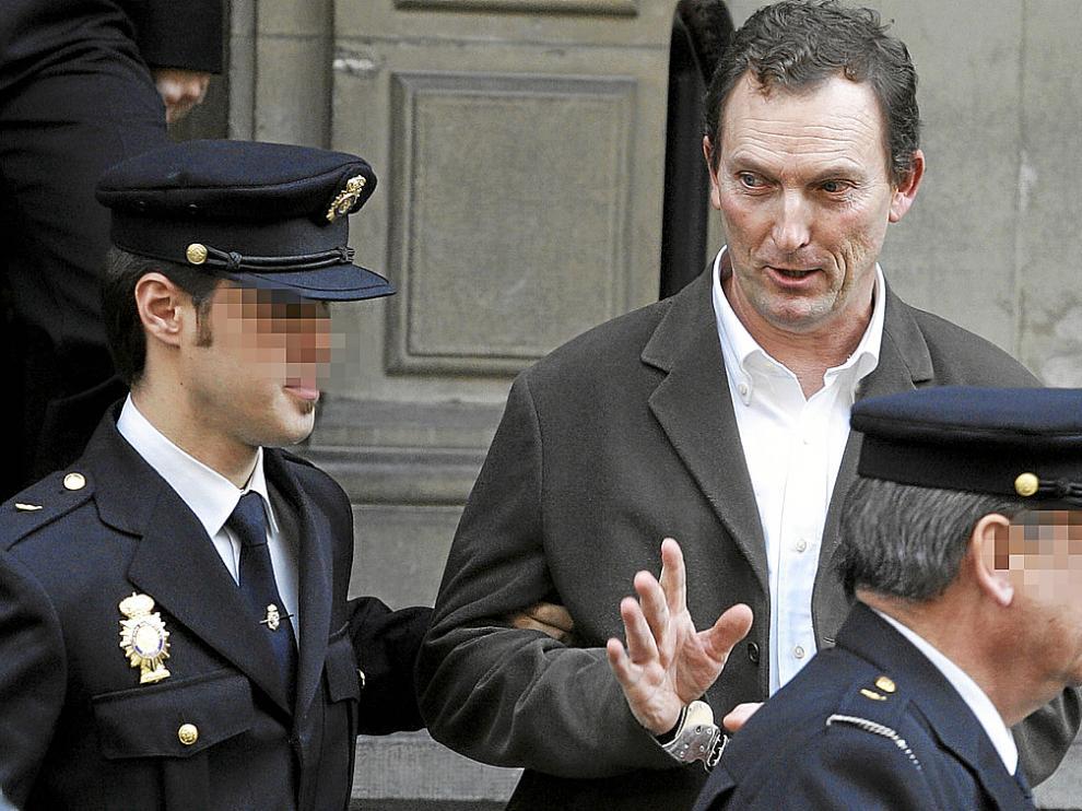 Santiago Mainar, en una foto de archivo al salir de la Audencia de Huesca en diciembre de 2009.