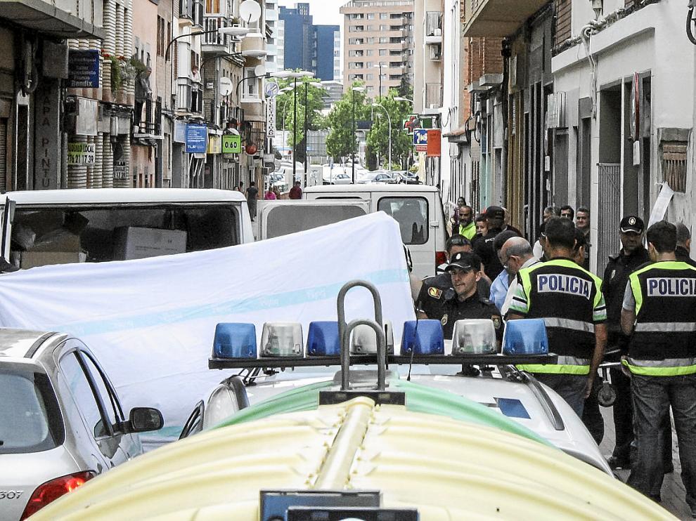 La Hermandad de la Sangre de Cristo se llevó el cadáver al Instituto de Medicina Legal de Aragón (ILMA) sobre las 18.45. Aunque en un primer momento acudieron ambulancias hasta el lugar del crimen, nada se pudo hacer por su vida.