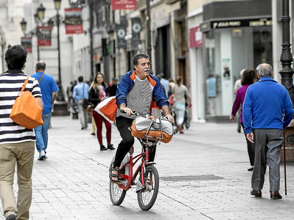 Un ciclista en la calle Alfonso de Zaragoza