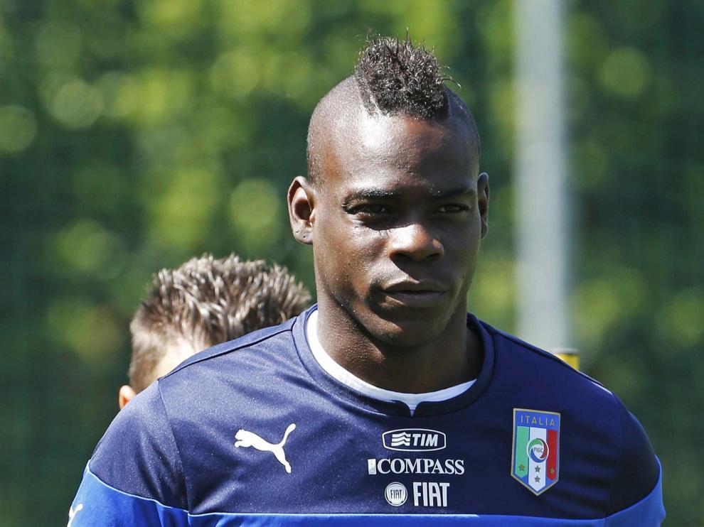 Balotelli realiza carrera continúa en el entrenamiento en el que fue insultado