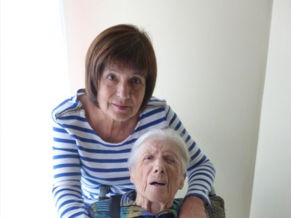 Ana Isabel y su madre, de 98 años, a quien se le reconoció en 2012 una dependencia severa. Estuvieron más de dos años en lista de espera.