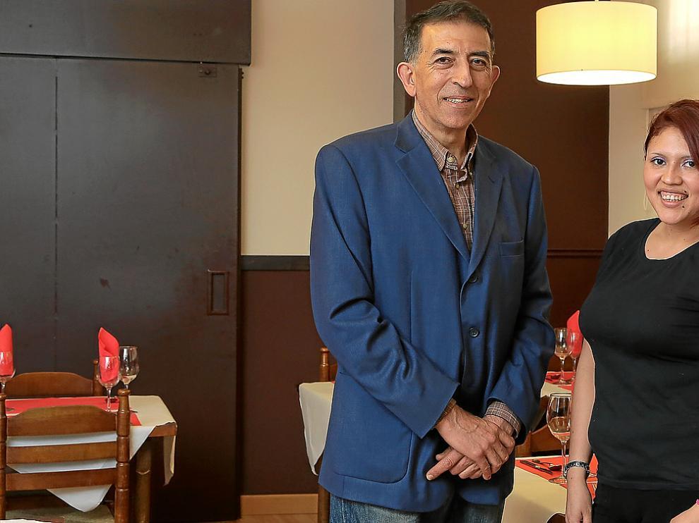 Daniel Morales y Erika Vázquez, en la sala del restaurante El Sarmiento.