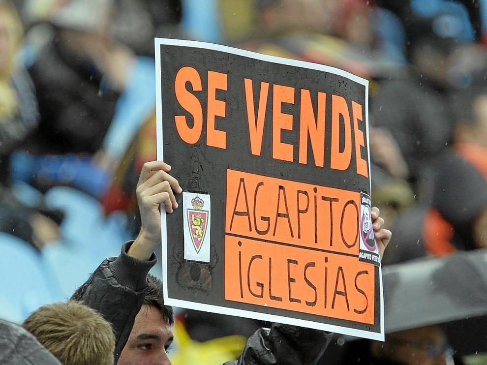 Un aficionado pide a Agapito Iglesias la venta del club, en fotografía de archivo.