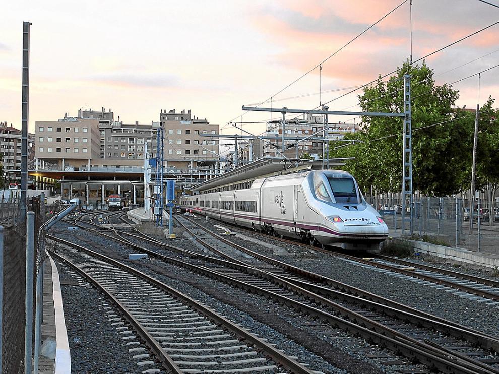 Idéntica vista de la estación tomada ayer a la llegada del AVE a Huesca.