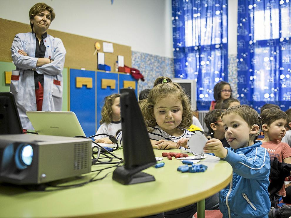 Los más pequeños del colegio en una clase junto a una de sus maestras, Mamen Sánchez.