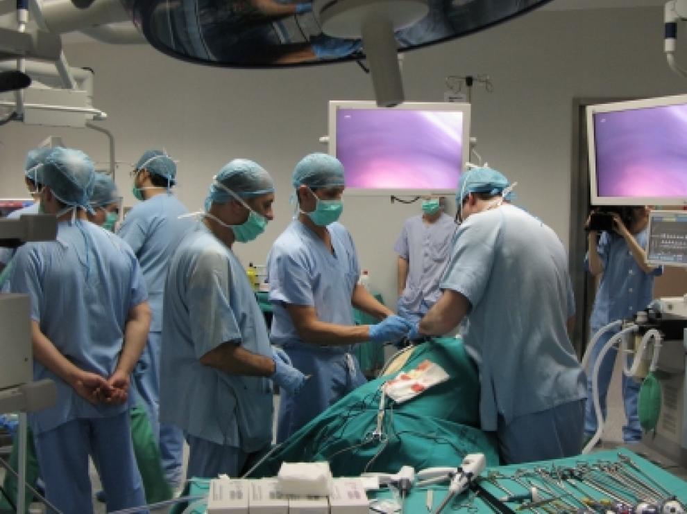 Varios cirujanos en el quirófano del Centro de Investigación Biomédica de Aragón.