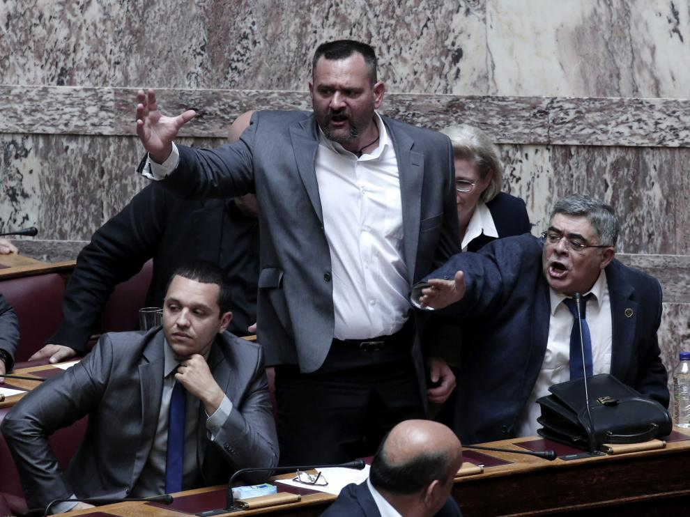 El líder de Amanecer Dorado, en el Parlamento mientras se votaba la anulación de la inmunidad