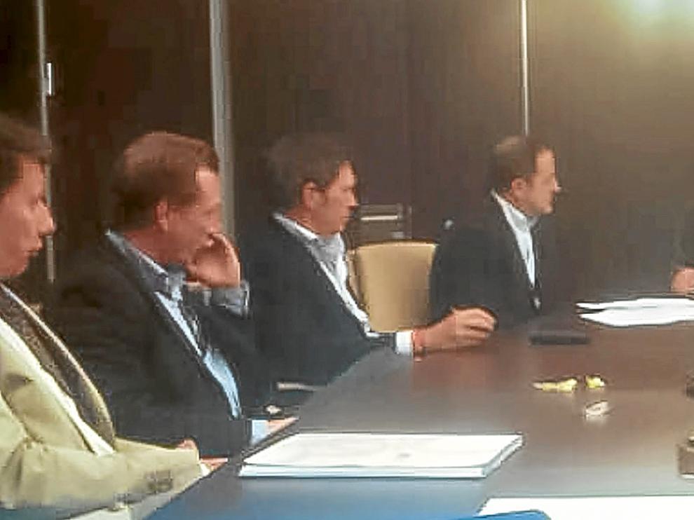 De izda. a dcha: el abogado Olucha, James Bramwell, Javier Lasheras, Agapito Iglesias, el notario José Blanco, el asesor de Agapito, Javier Bazaco, Casasnovas e Ignacio Zorita.