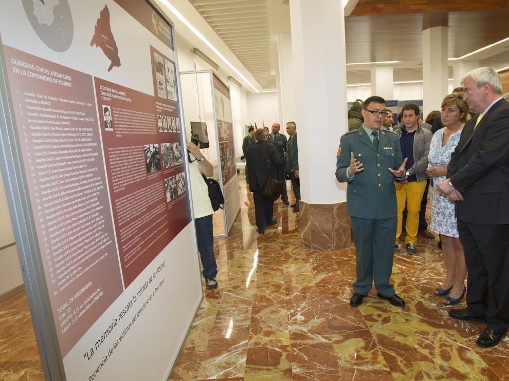 Gustavo Alcalde en la exposición en memoria de las víctimas de ETA en Teruel