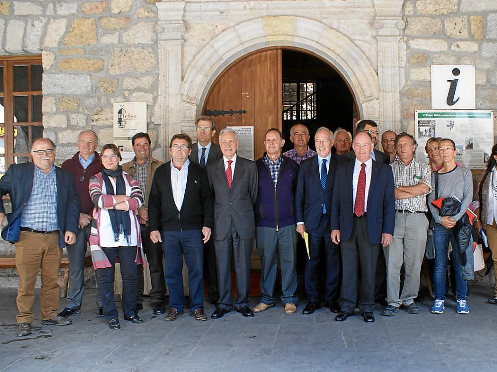 Los miembros del Patronato de Ordesa antes de iniciar la reunión de ayer.