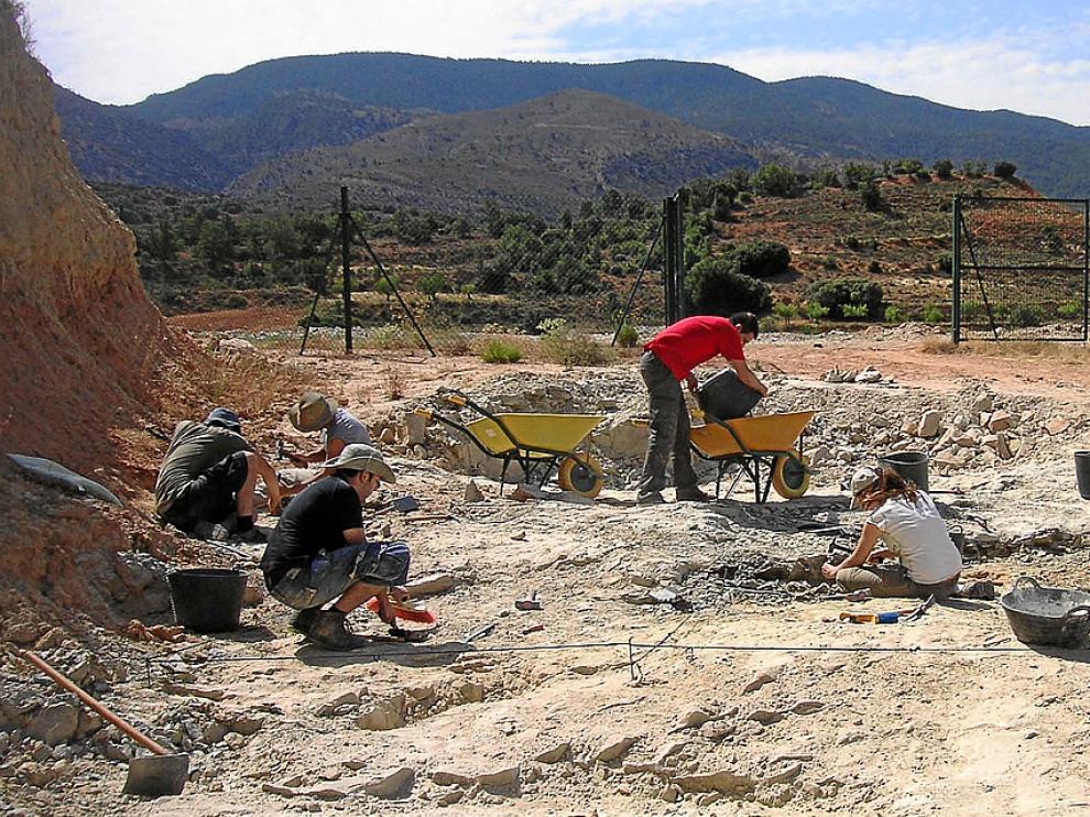 Un equipo de paleontólogos de Dinópolis en el yacimiento de Barrihonda de Riodeva