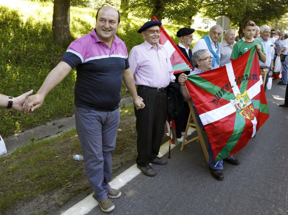 El presidente del PNV, Andoni Ortúzar, en la cadena humana