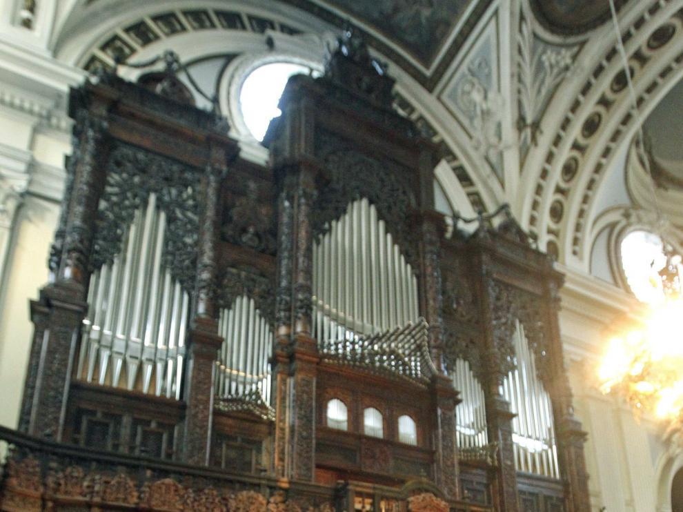 El deán, junto al órgano renacentista.