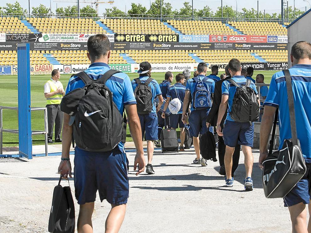 La plantilla del Real Zaragoza, ayer, a su entrada al Campo de Santo Domingo.