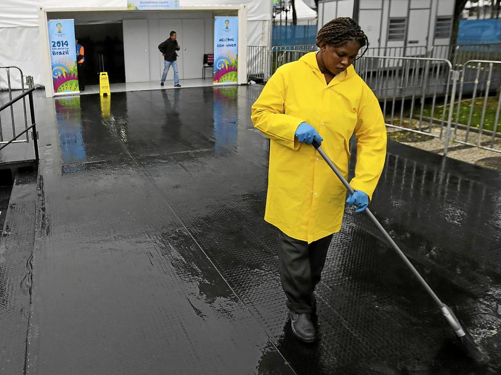 Una operaria, achicando ayer agua en una zona del estadio Baixada de Curitiba.