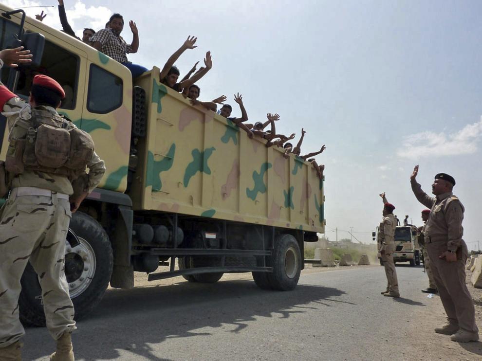Soldados iraquíes transportan voluntarios a la base de Muthanna en Bagdad.