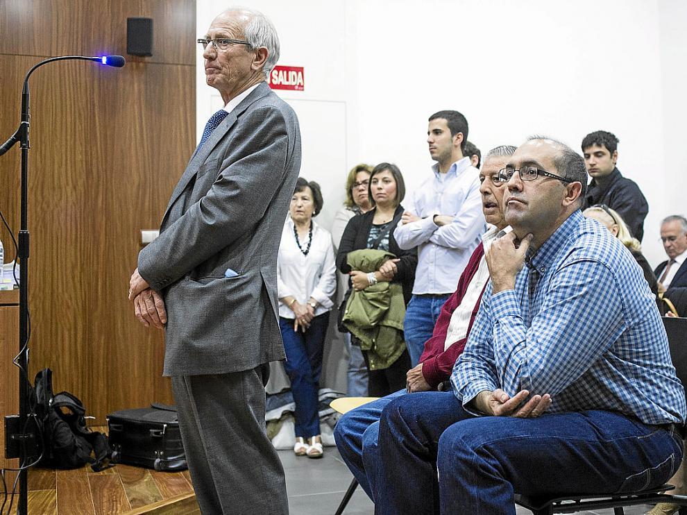 Jesús Pardillos (de pie), el concejal Florentín Hernández (centro) y el secretario, Javier Ayala