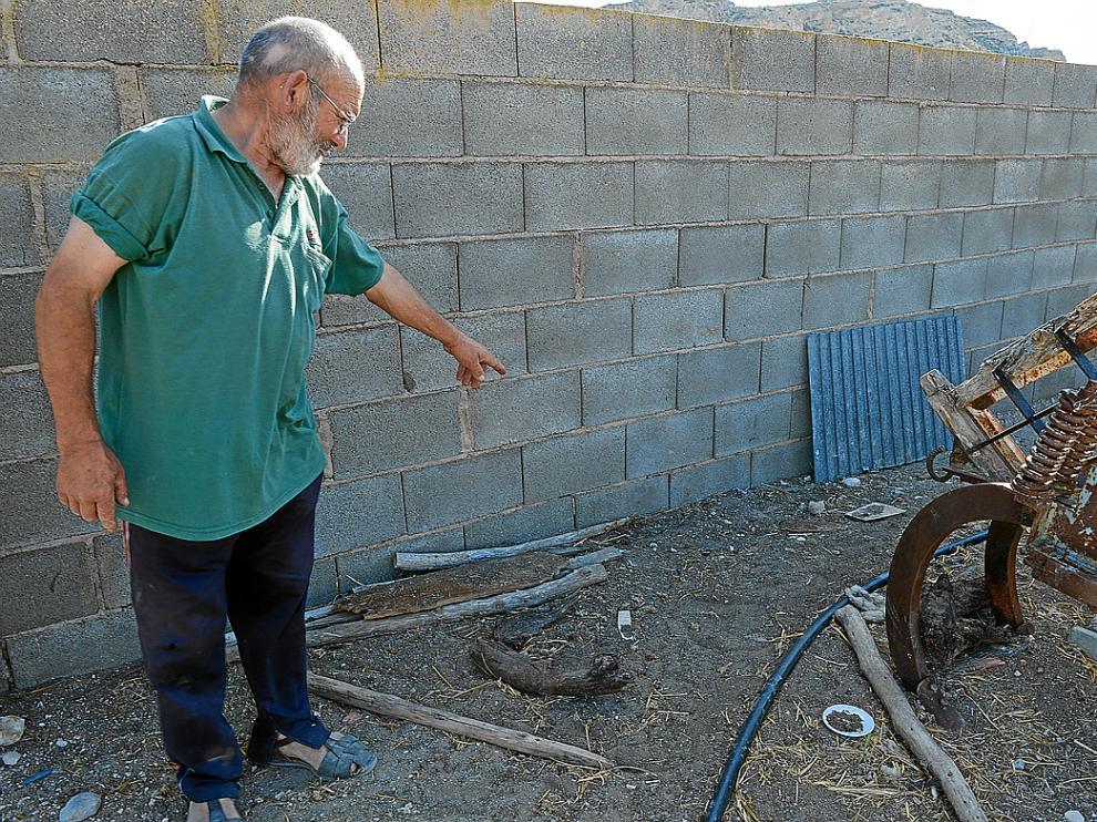 Teodoro muestra el lugar donde estaba depositado uno de los proyectiles.