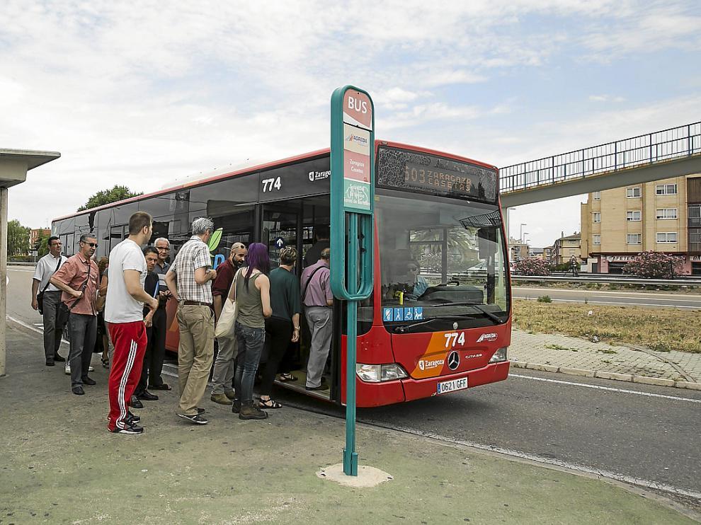 Un grupo de personas sube a uno de los autobuses de la línea Zaragoza-Utebo-Casetas.