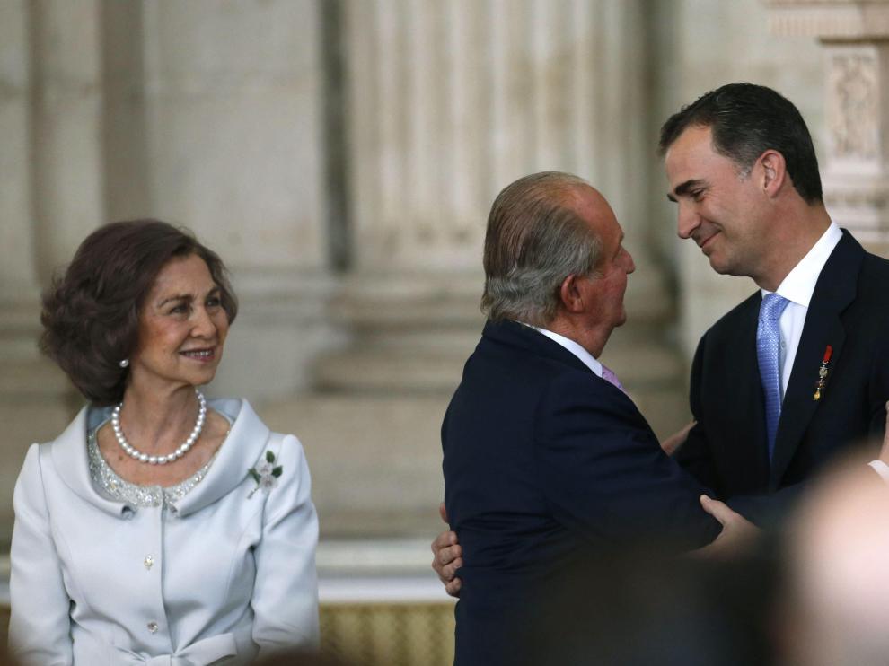Abrazo entre Don Juan Carlos y Don Felipe tras la firma de la ley de abdicación