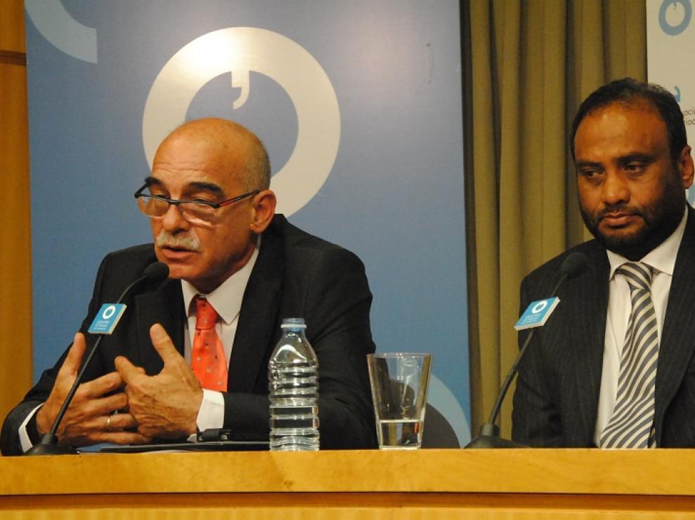 Rueda de prensa de Kadir Sheikh. Al lado, Javier Láinez