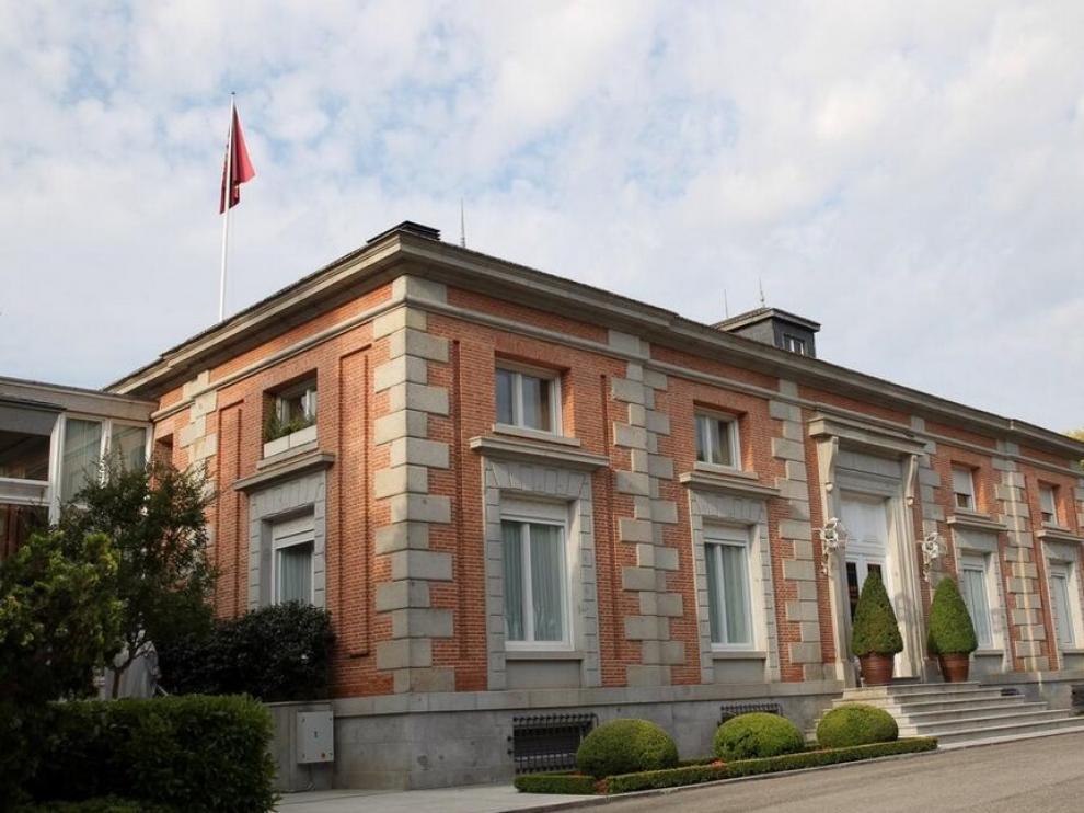 El escudo y guión de Felipe VI ya ondea en La Zarzuela