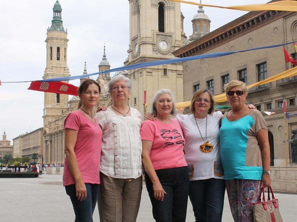 Amelia Nerín, Teresa Camacho, Pilar Gimeno, Lourdes Andreu y María José Aybar, de AMAC-GEMA, en una imagen de archivo.