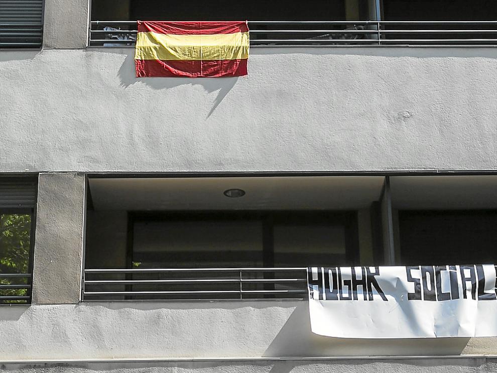 """Una bandera de España y un cartel que anuncia el """"hogar social"""" colgaban ayer de la fachada del edificio, en Compromiso de Caspe."""