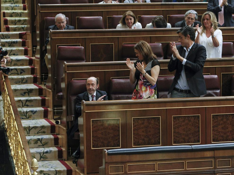 Aplauso de la bancada socialista a Rubalcaba en el Congreso