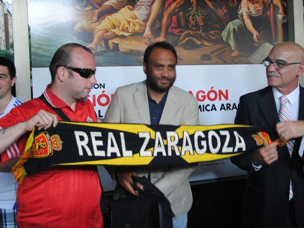 Javier Láinez y Kadir Sheikh, con un aficionado