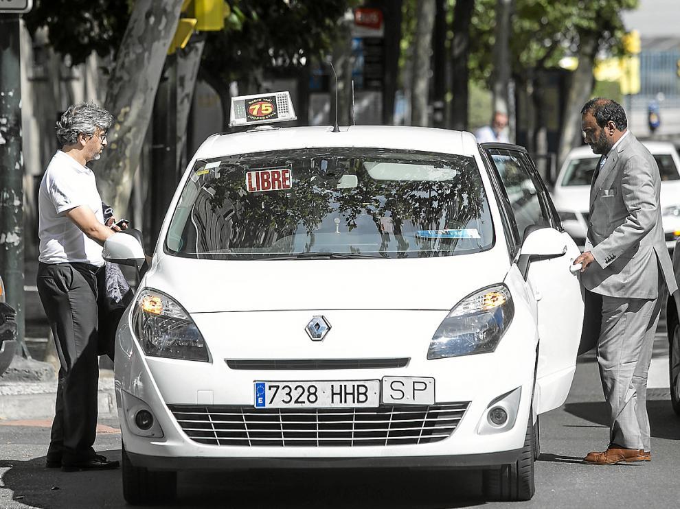 Nayim y Kadir Sheikh toman un taxi el pasado sábado en Zaragoza.