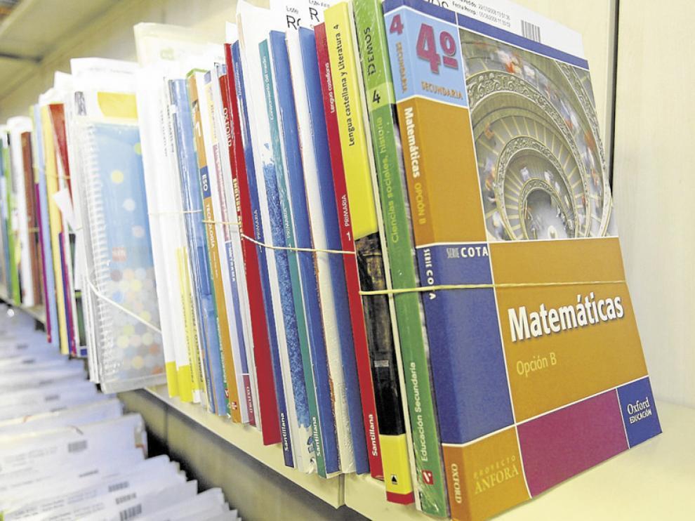 Varios lotes de libros de texto dispuestos para ser adquiridos