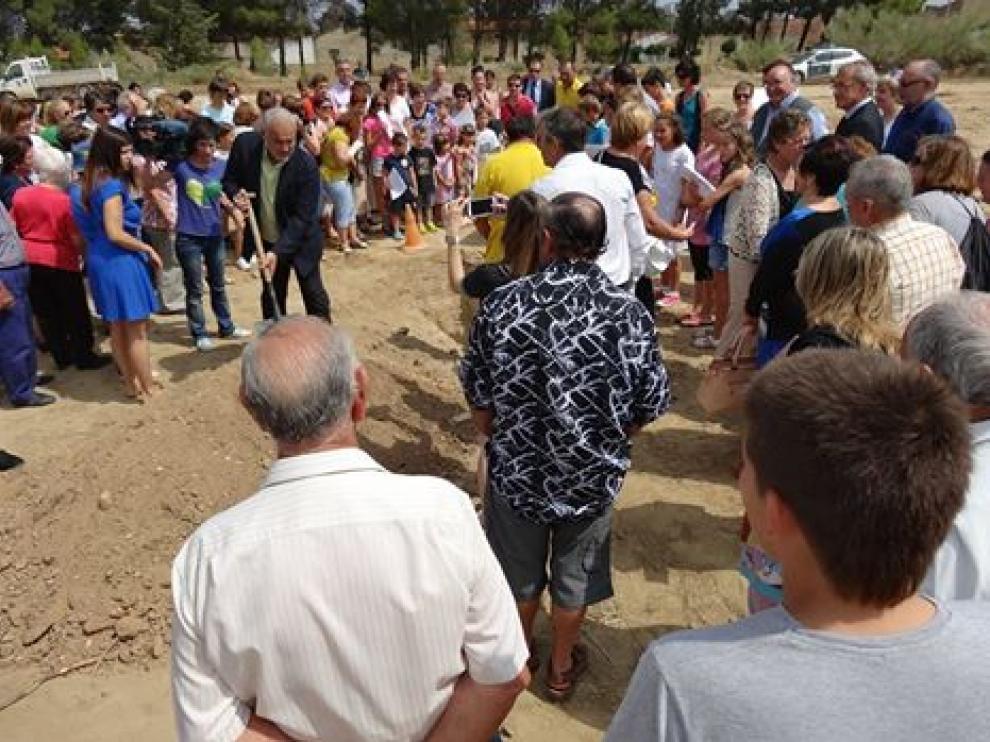 Momento de poner la primera piedra de la residencia de San Lorenzo de Flumen