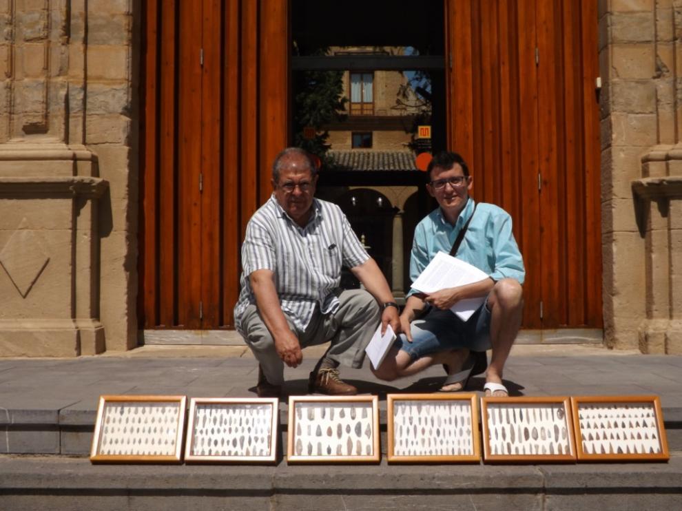 Antonio Pano junto a los seis paneles donados al museo