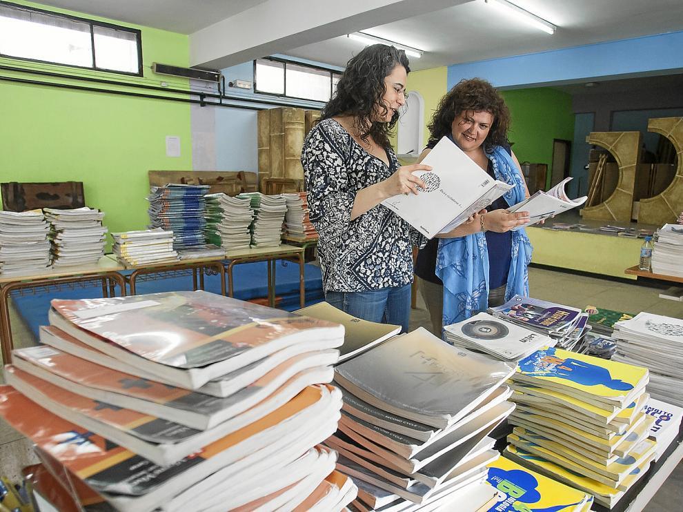 Los bancos de libros (como este del IES Pedro de Luna, que logró el Premio Ebrópolis) son una ayuda decisiva.
